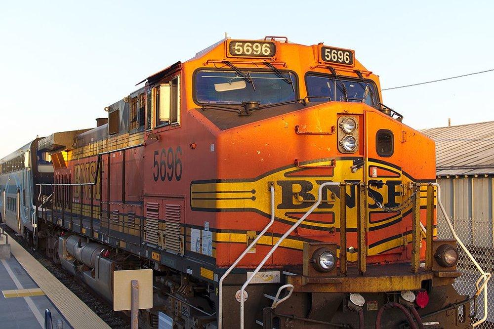 BNSF_5696_pulling_Metrolink_into_East_Ventura_station_2016-03-25.jpg